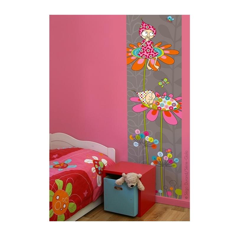 Prés du lit et du coffre de rangement, ce lé unique offre une décoration avec des touches de rose. Thème fleurs et lutins.