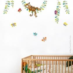 Un mur décoré avec un autocollant sur le thème animaux d'Afrique. Maman singe avec son petit.