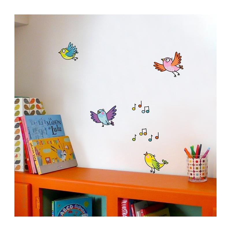 Décoration chambre. De beaux oiseaux collés aux murs. Le chant des oiseaux toute la journée.