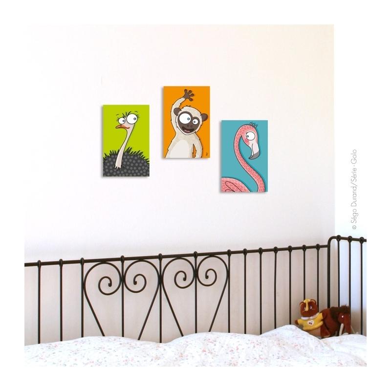Flamant rose s'affiche au-dessus du lit  enfant en métal. Thème animaux. présenté avec singe et autruche vendus séparément.