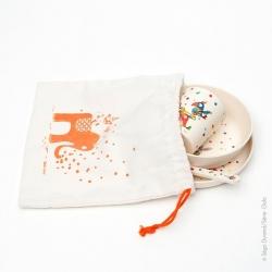 Une pochette en coton pour ranger la vaisselle bambou de bébé. C'est pratique.