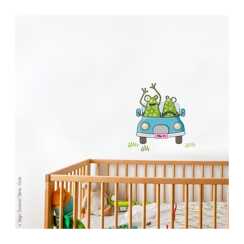 Doudou et housse de couette dans le lit en bois et au-dessus un design rigolo. Nouveauté 2020.