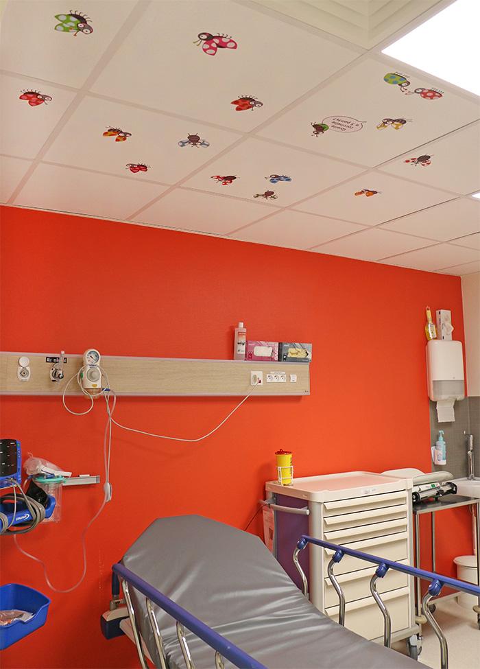 Un jeu de différences posé sur plusieurs dalles de plafond à l'hôpital