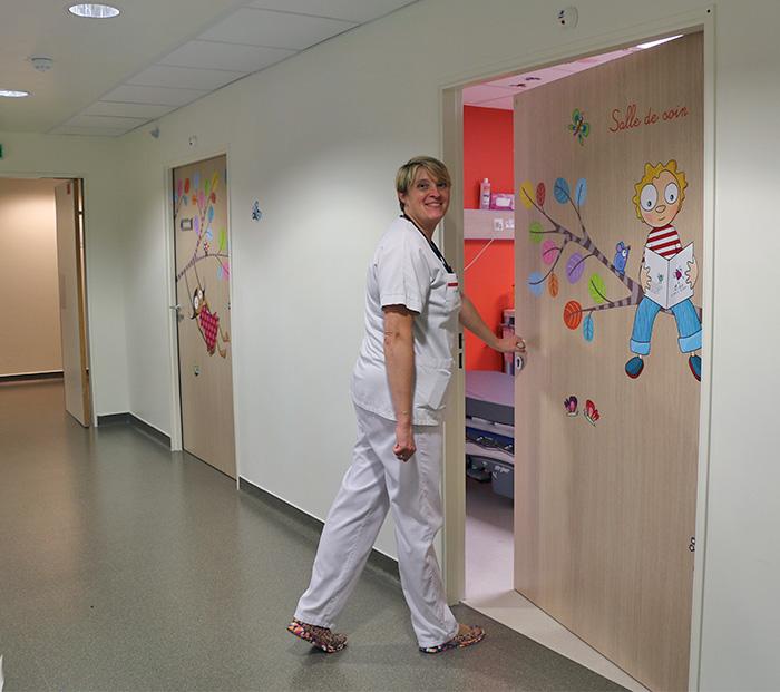 Décoration de la porte de la salle de soin.