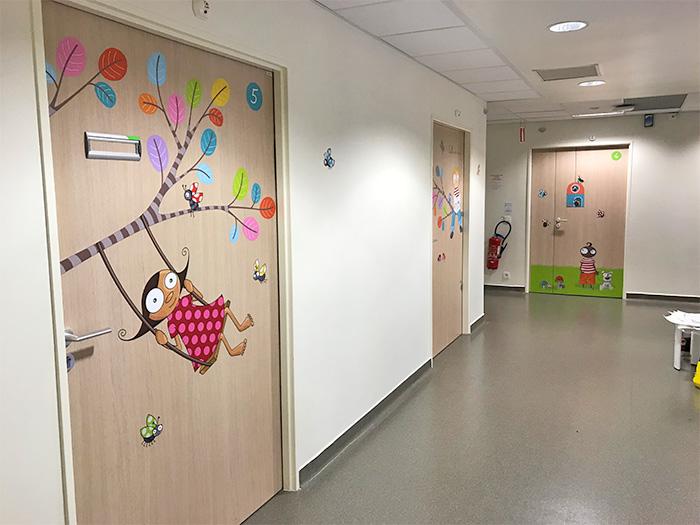 Une des portes de chambre du service oncologie décorées avec un sticker.