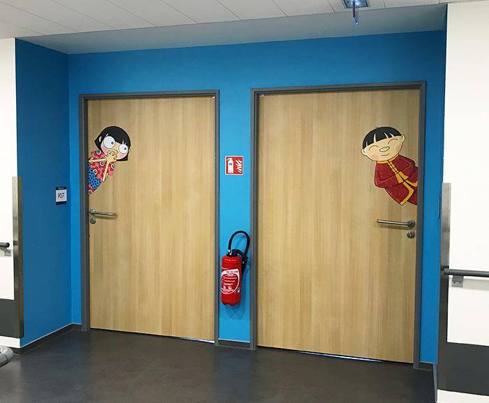 Décors mural asiatique sur les portes de la pédiatrie