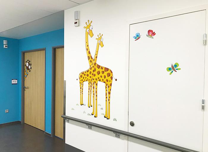 Des girafes et des papillons comme décors mural