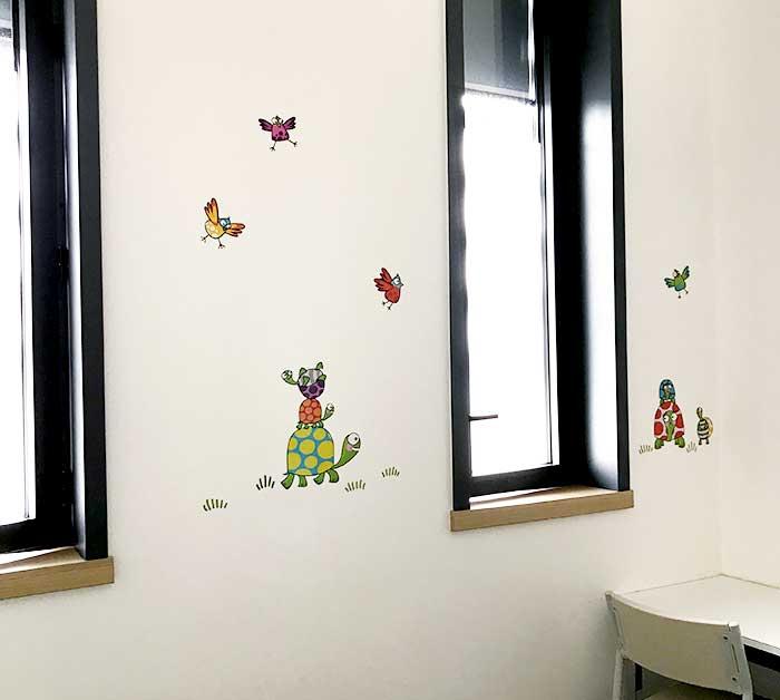 Une chambre décorée avec des stickers tortues