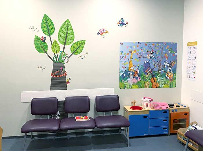 Une salle d'attente décorée tout en couleur sur le thème de la jungle