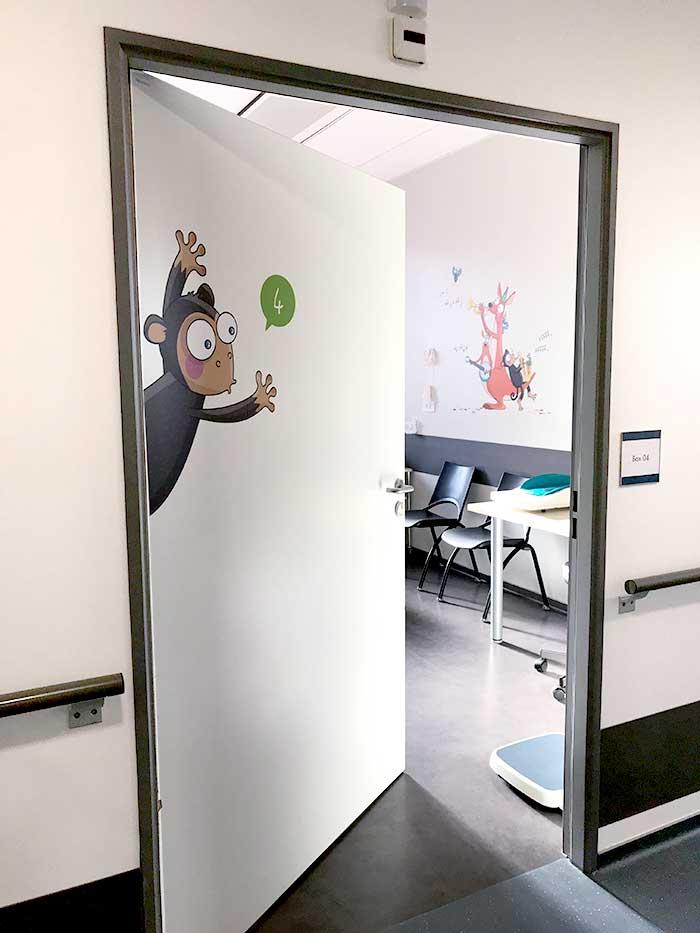 Coco le singe décore la porte du box 4