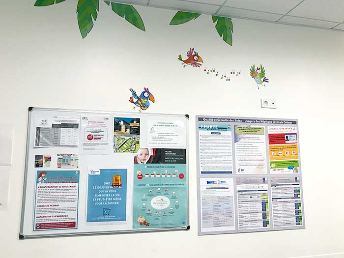 La salle d'attente de l'hôpital décorée avec des stickers jungle