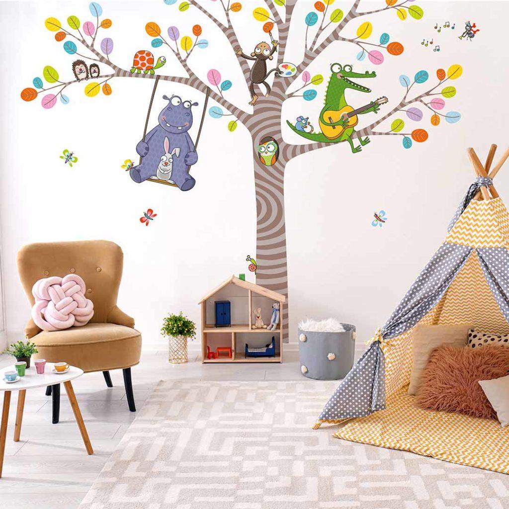 Sticker arbre. Une décoration de chambre d'enfant pleine de bonne humeur et de couleurs.